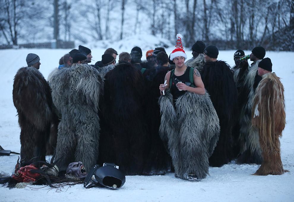 Традиционно мужчины наряжаются в наряд Крампуса в ночь с 5 (День Крампуса) на 6 декабря (День Св. Николая) и бродят по улицам, пугая детей цепями и колокольчиками