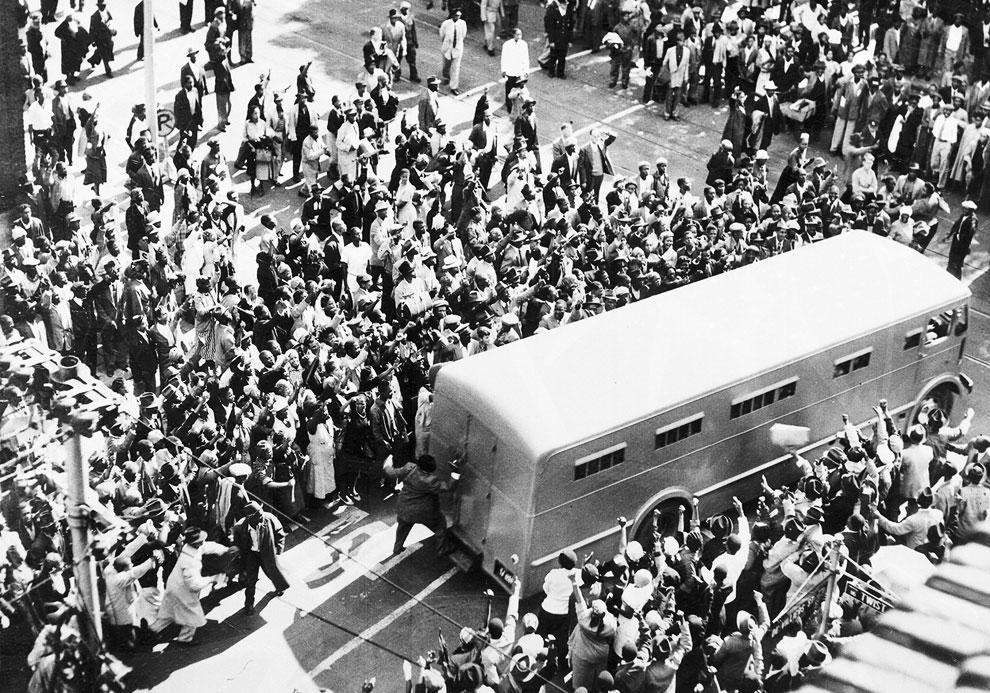 Вот как раз один из арестов. Нельсон Мандела уезжает в полицейском фургоне, Йоханнесбург, Южная Африка