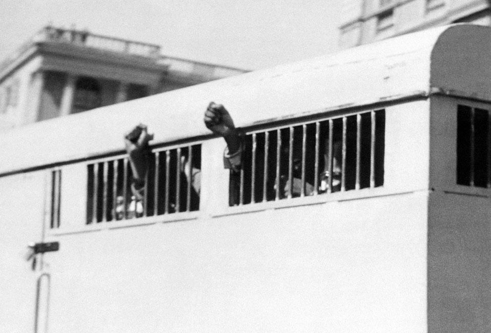 В этой машине восемь человек, приговоренных к пожизненному заключению за свою политическую деательность. Среди них и Нельсон Мандела. Автомобиль выезжает из Дворца правосудия Претории