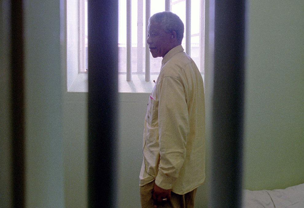 Нельсон Мандела смотрит из окна своей бывшей тюремной камеры