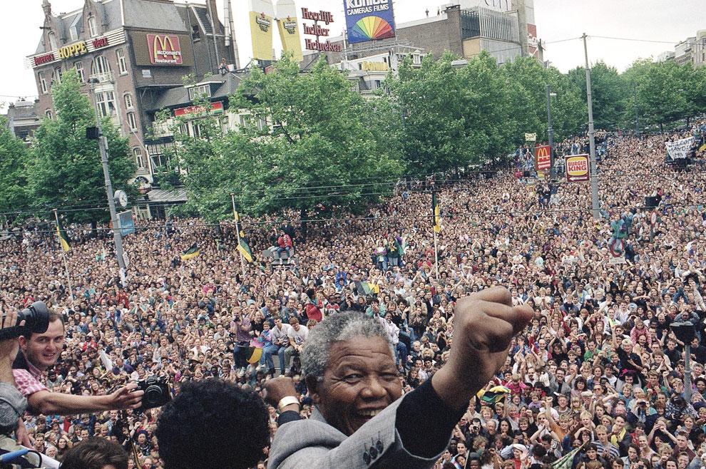 Нельсон Мандела после выступления с балкона в Амстердаме