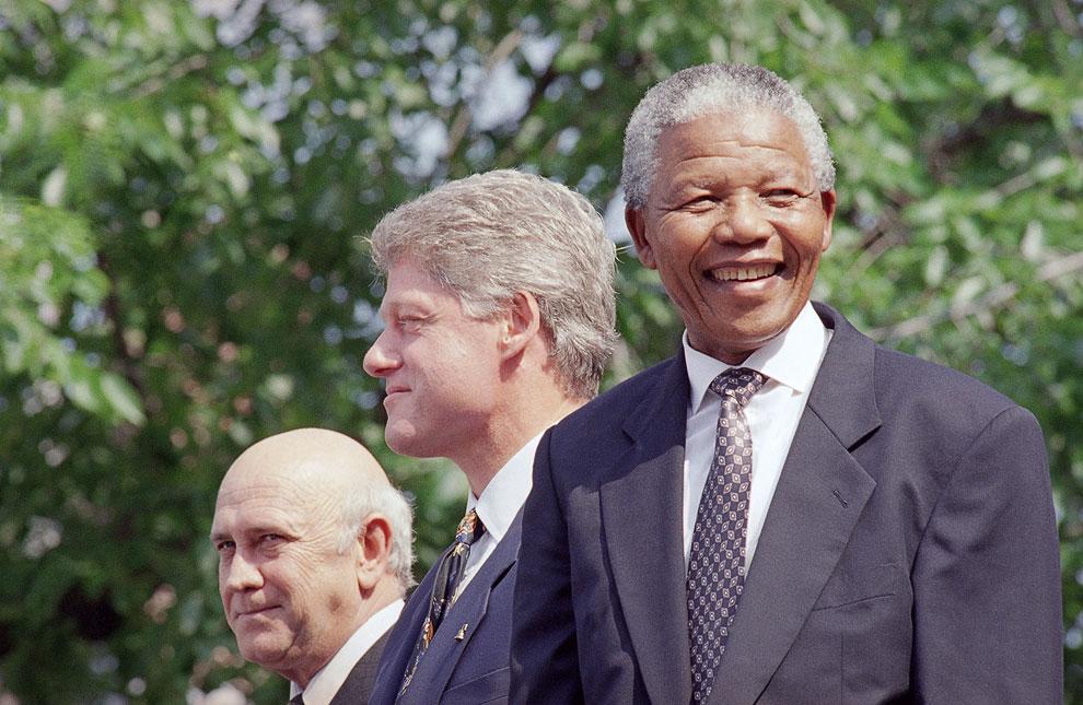 Президент США Билл Клинтон и Нельсон Мандела на церемонии в честь двух лидеров в Филадельфии, 4 июля 1993 года