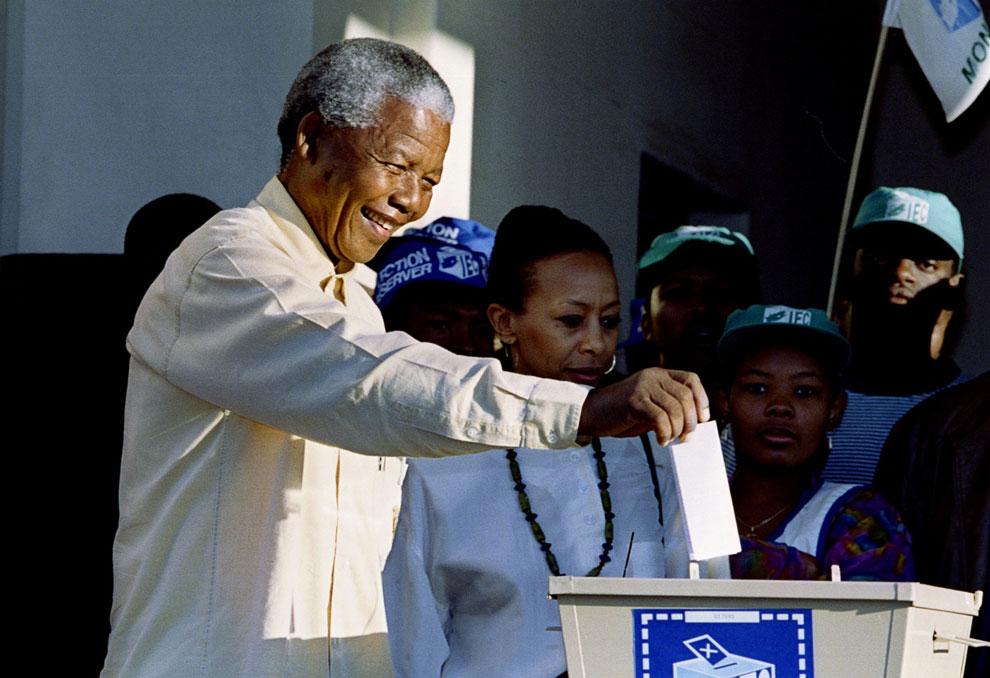 Нельсон Мандела бросает свой ??бюллетень в избирательную урну на президентских выборах