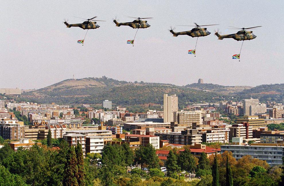 Вертолеты на церемонии инаугурации первого чернокожего президента страны Нельсона Манделы в Претории, Южная Африка