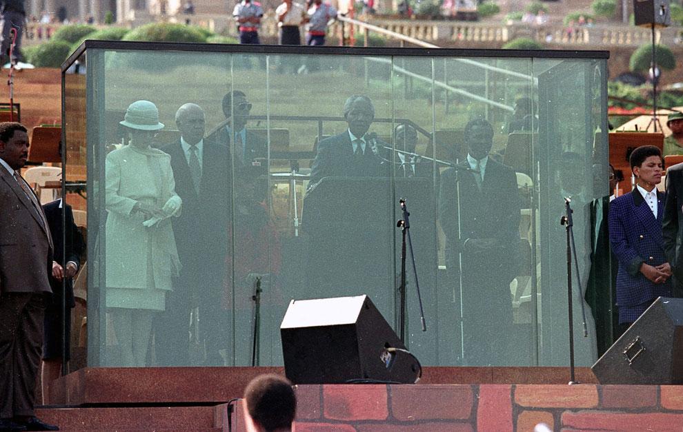 Выступление первого чернокожего президента ЮАР за пуленепробиваемым стеклом на церемонии инаугурации