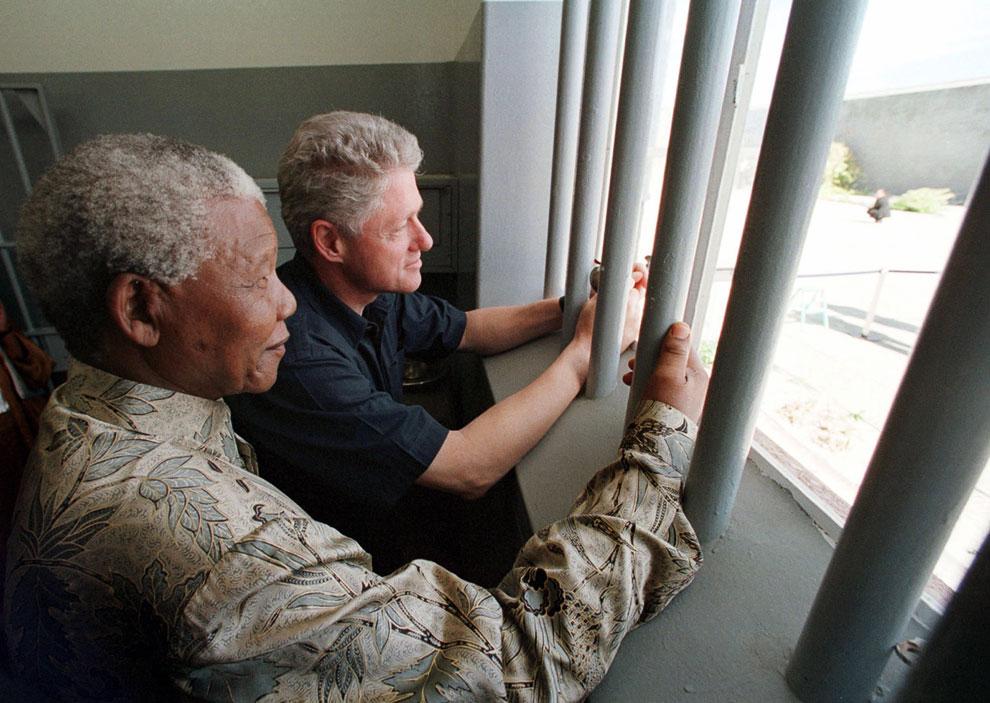 Президент ЮАР Нельсон Мандела и президент США Билл Клинтон в камере № 5 на острове Роббен, где Мандела отсидел 18 лет