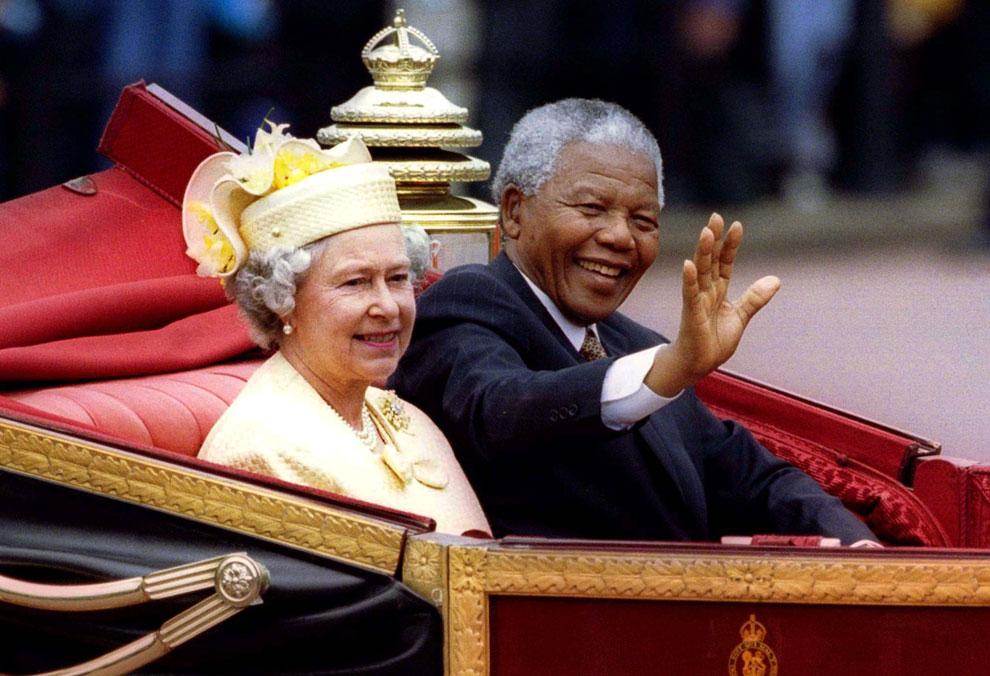 Президент ЮАР Нельсон Мандела и королева Великобритании королева Елизавета II едут в карете к Букингемскому дворцу во время государственного визита Манделы в Великобританию, 9 июля 1996 года