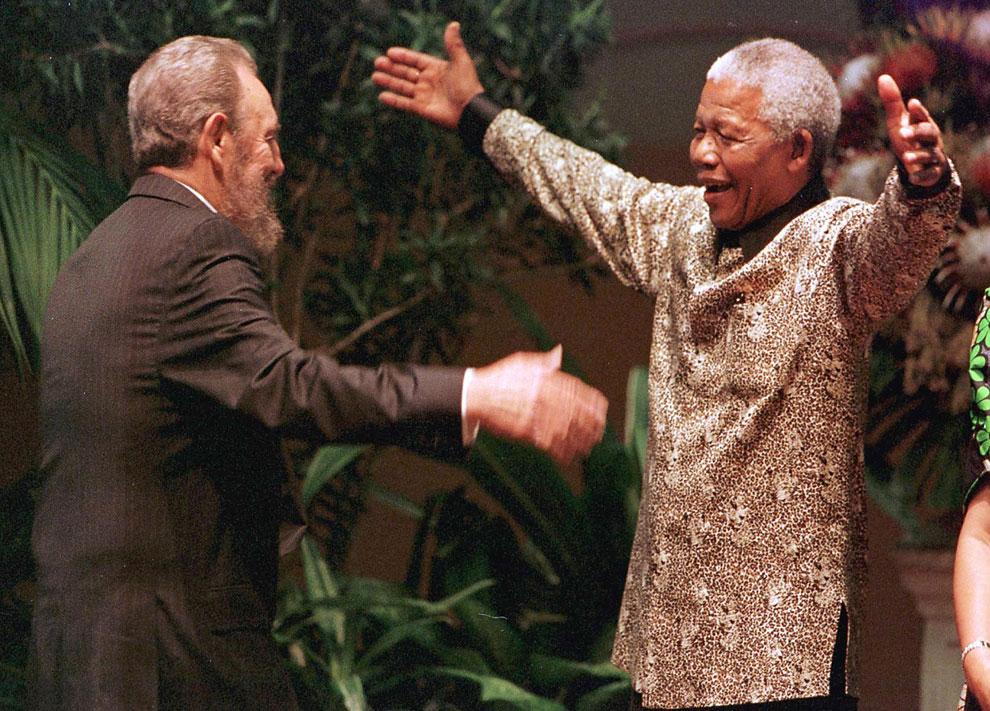 Президент ЮАР Нельсон Мандела приветствует кубинского лидера Фиделя Кастро в Дурбане, 2 сентября 1998 года