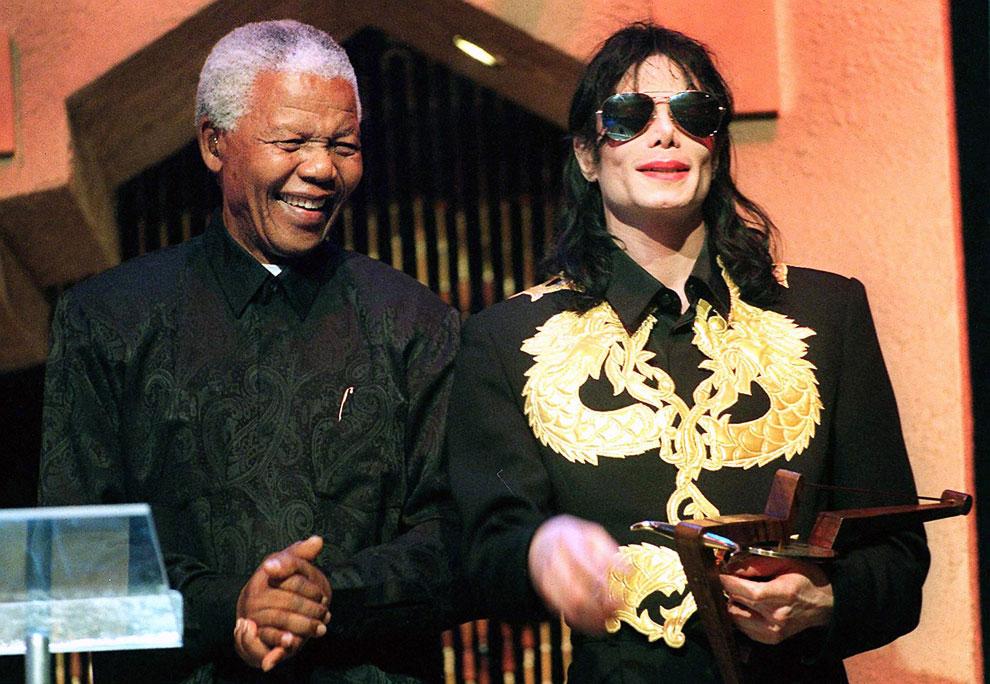 Бывший президент ЮАР Нельсон Мандела и Майкл Джексон в Сан-Сити, Южная Африка, 4 сентября 1999 года