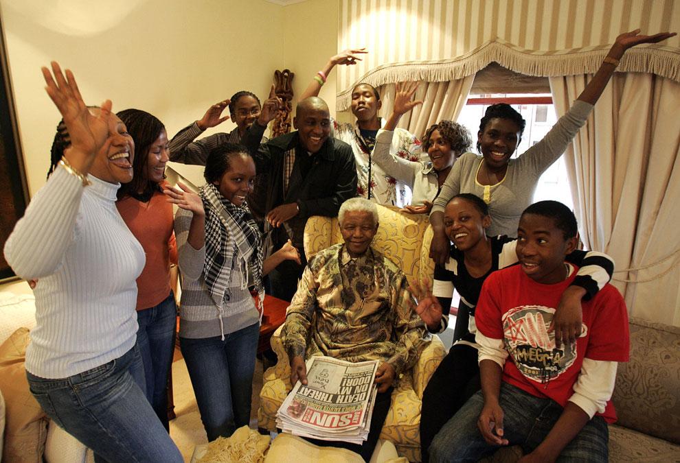 Бывший президент ЮАР Нельсон Мандела позирует с внуками, в своем доме в Южной Африке, 18 июля 2008 года