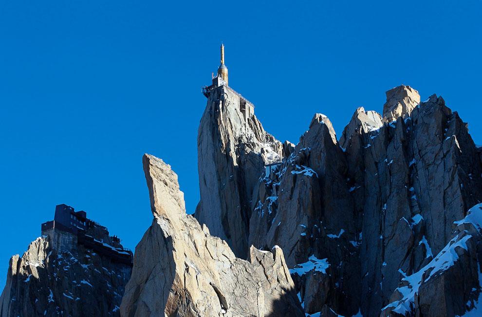 """Так выглядит со стороны смотровая площадка Chamonix Skywalk (другое название """"Шаг в пустоту"""") на вершине Пик-дю-Миди во французских Альпах"""