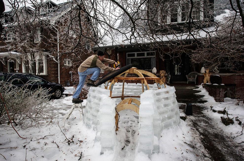 Местный житель решил извлечь пользу из непогоды по-максимуму — построить иглу изо льда возле дома