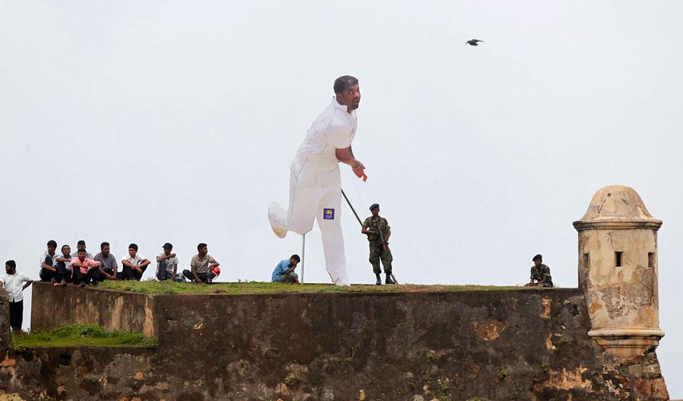 Зрители и игрок во время матча по крикету между Шри-Ланка и Индией