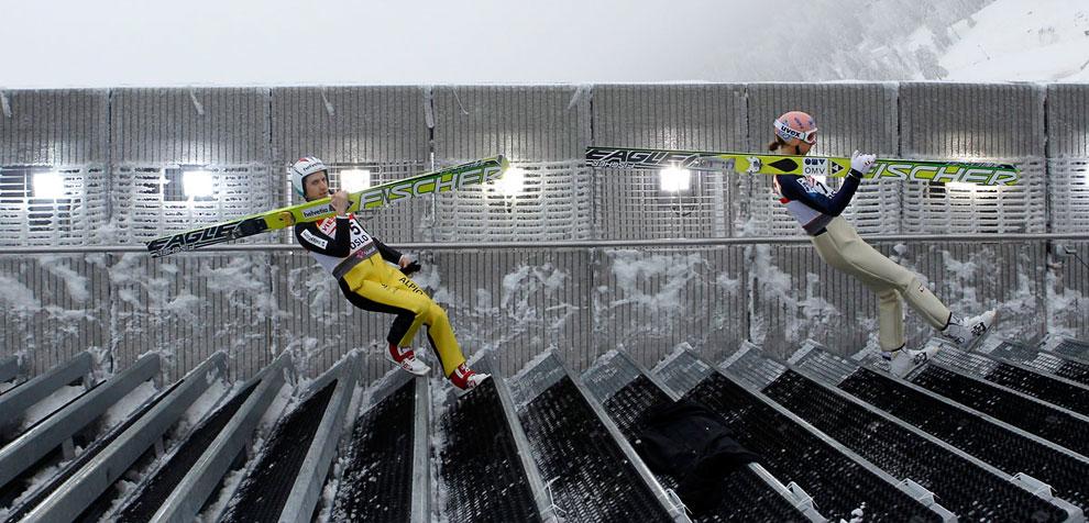 Спортсмены спускаются по лестнице на Чемпионате мира по северным лыжным дисциплинам