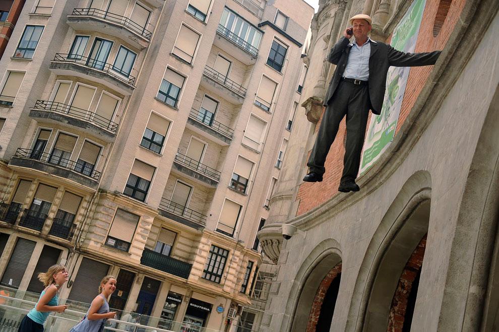 А это уже настоящая иллюзия от уличного артиста  в Бильбао
