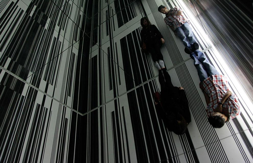 Посетители и инсталляция «Окружающая среда 3» в в художественной галерее Окленда