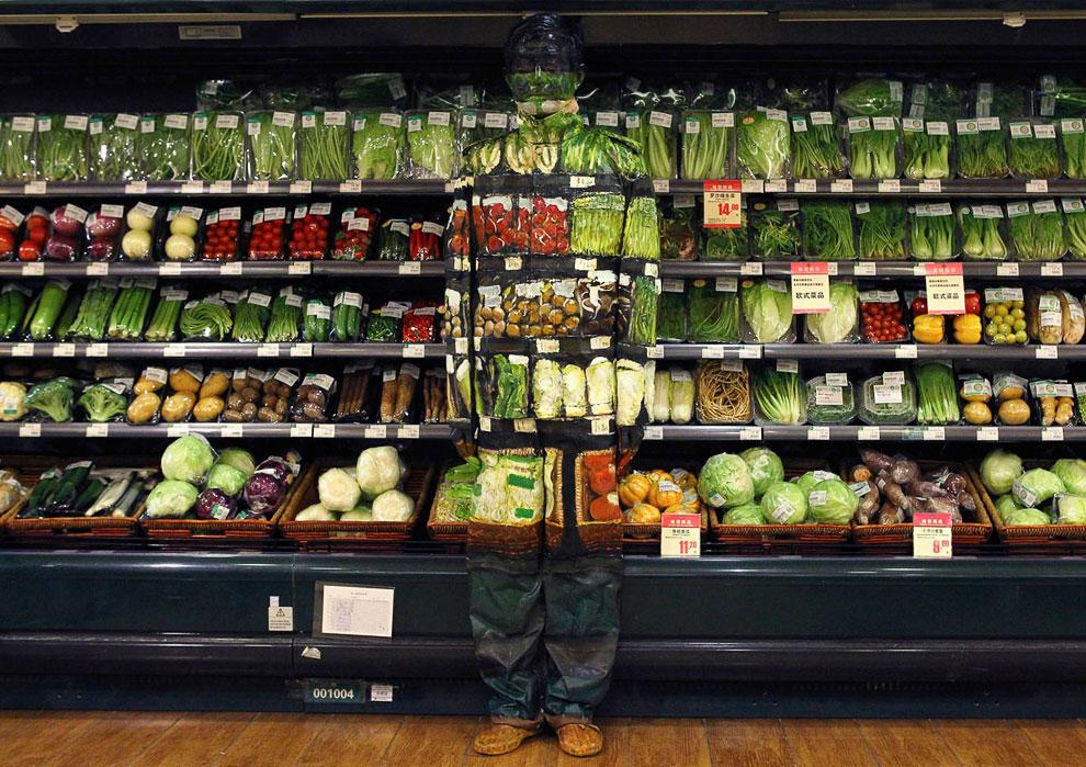 Человек-невидимка Лю Болин исчезает в супермаркете в отделе с овощами