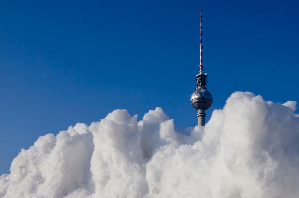 Снежный сугроб и телевизионная башня в Берлине