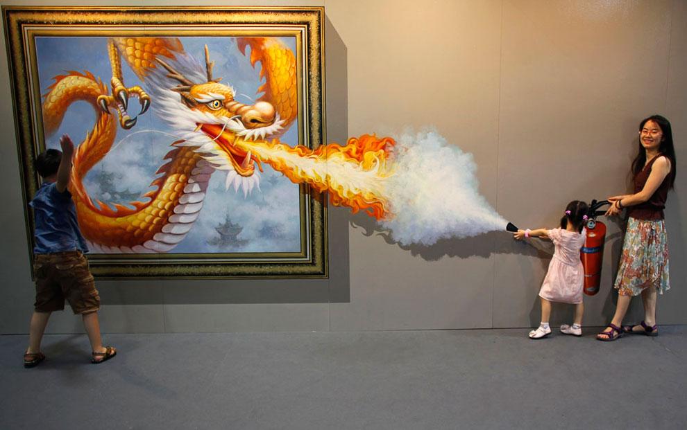 Посетители на выставке 3D-живописи в Ханчжоу, провинция Чжэцзян