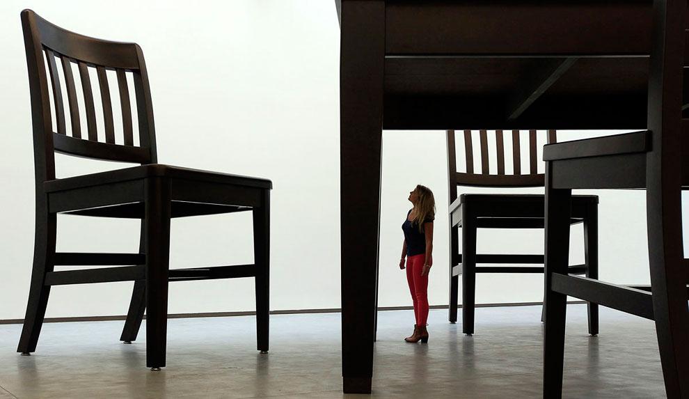 Скульптура из стульев художника Robert Therrien на выставке в Белфасте