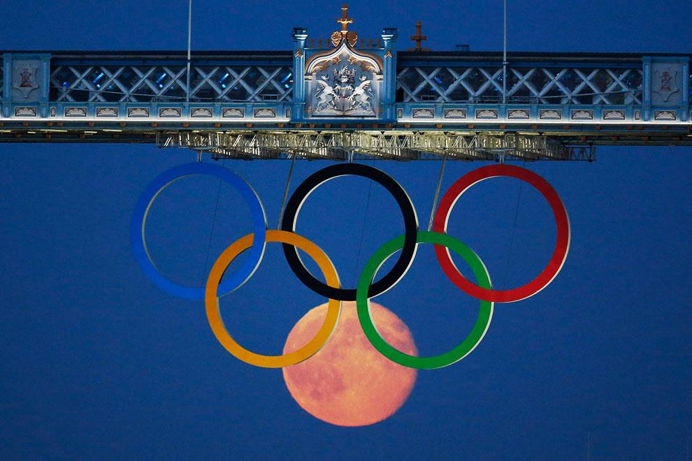 Полнолуние и Олимпийские кольца под Тауэрским мостом во время лондонских Олимпийских игр 2012 года