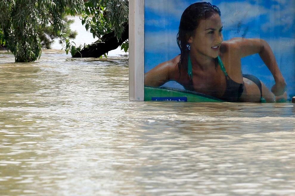Рекламный щит на остановке трамвая во время наводнения в Будапеште