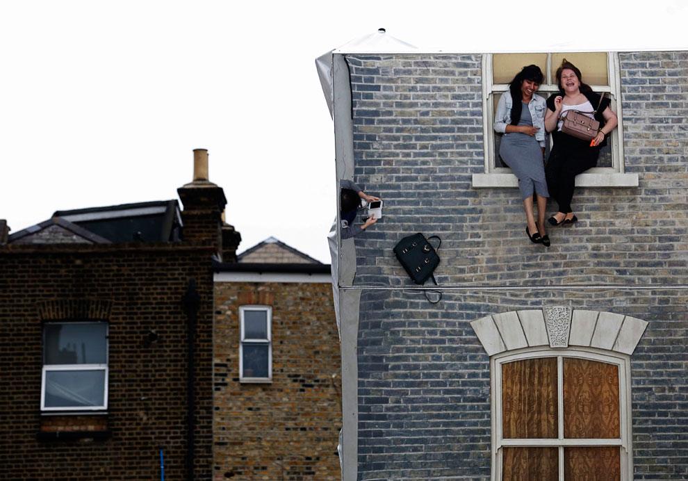 Оптическая инсталляция художника Леонардо Эрлиха в восточной части Лондона