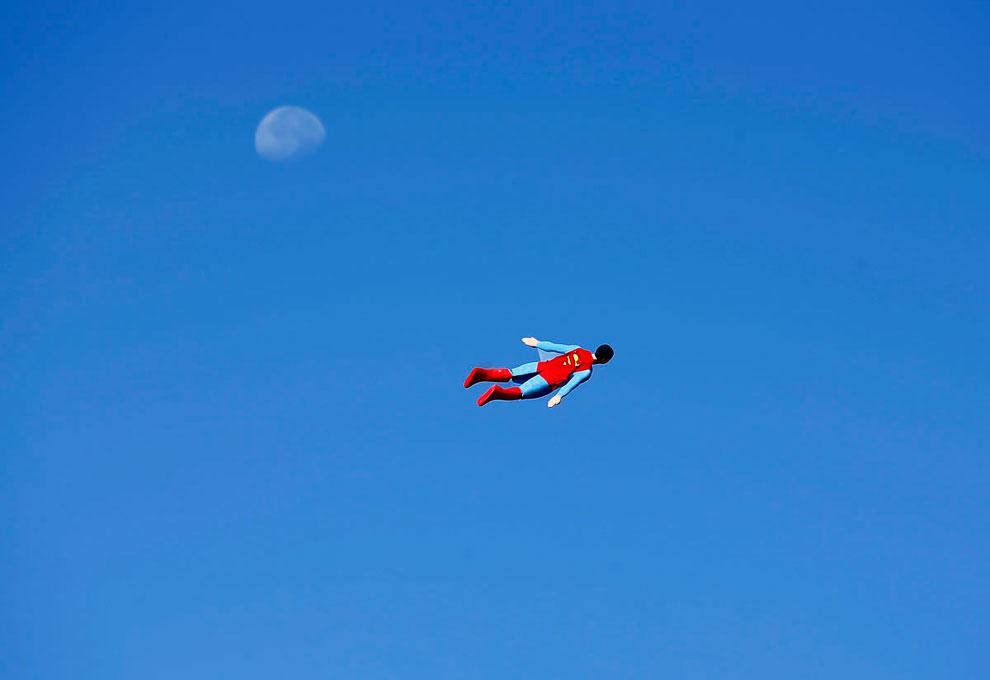 Радио управляемый самолет в форме супермена во время испытательного полета в Сан-Диего