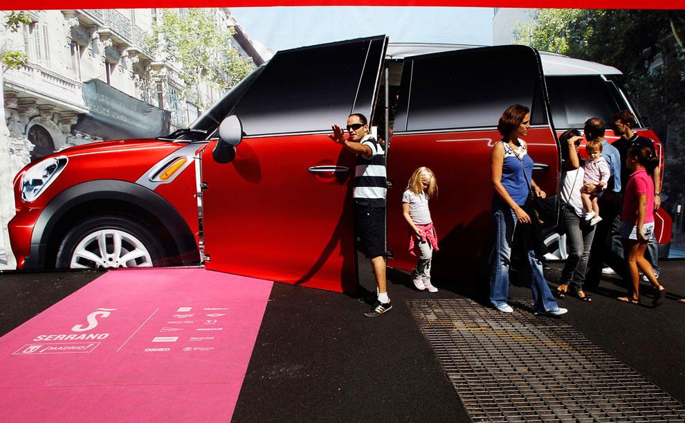 Картонная модель автомобиля на улице Серрано в Мадриде