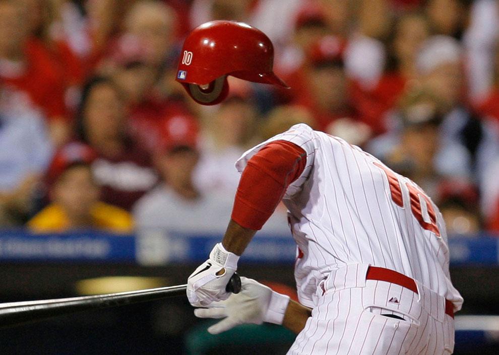 Игрок увернулся от мяча по время матча Главной лиги бейсбола в Филадельфии