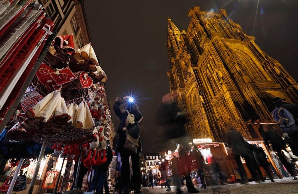 Рождественский рынок возле собора в Страсбурге