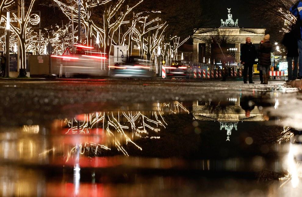 Украшенные деревья возле Бранденбургских ворот в Берлине