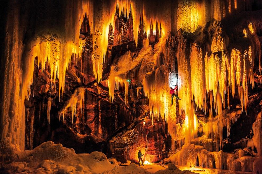 Украшение огнями Эйдфьорда в Норвегии, который славится большим количеством ледопадов (замороженных водопадов)