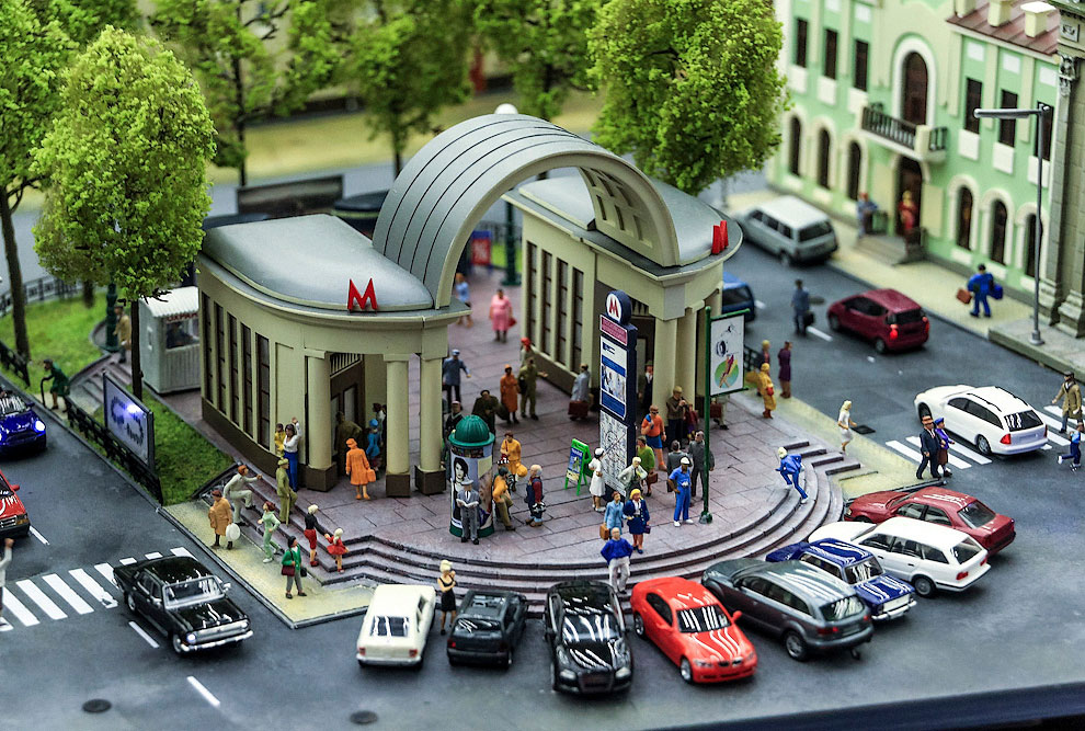 Столица представлена гораздо скромнее Питера. Вот вход на станцию метро «Кропоткинская»