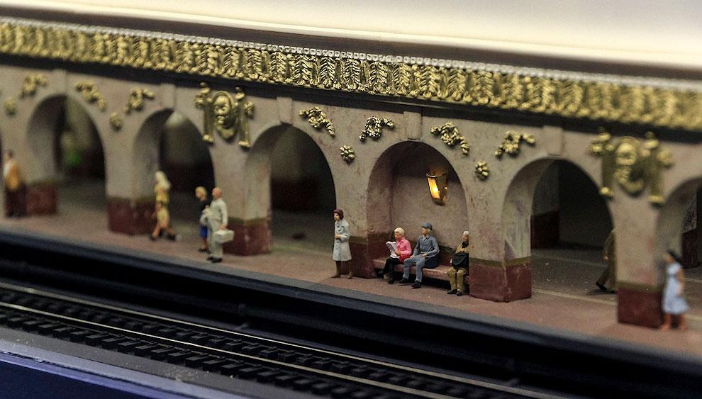 Вот станция метро, но это снова собирательный образ. Есть ещё Спасская башня, маленькая сталинская высотка, и на этом Москва заканчивается