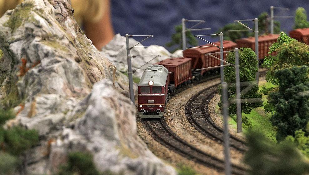 Грузовом поезде едем дальше, где стоят другие горы