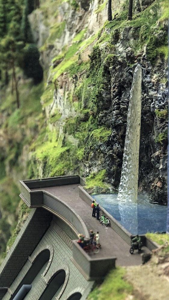 Здесь у маленькой плотины шумит водопад
