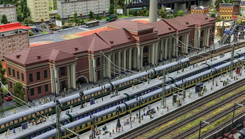 Жизнь на вокзале не замирает ни на минуту, ни днём...