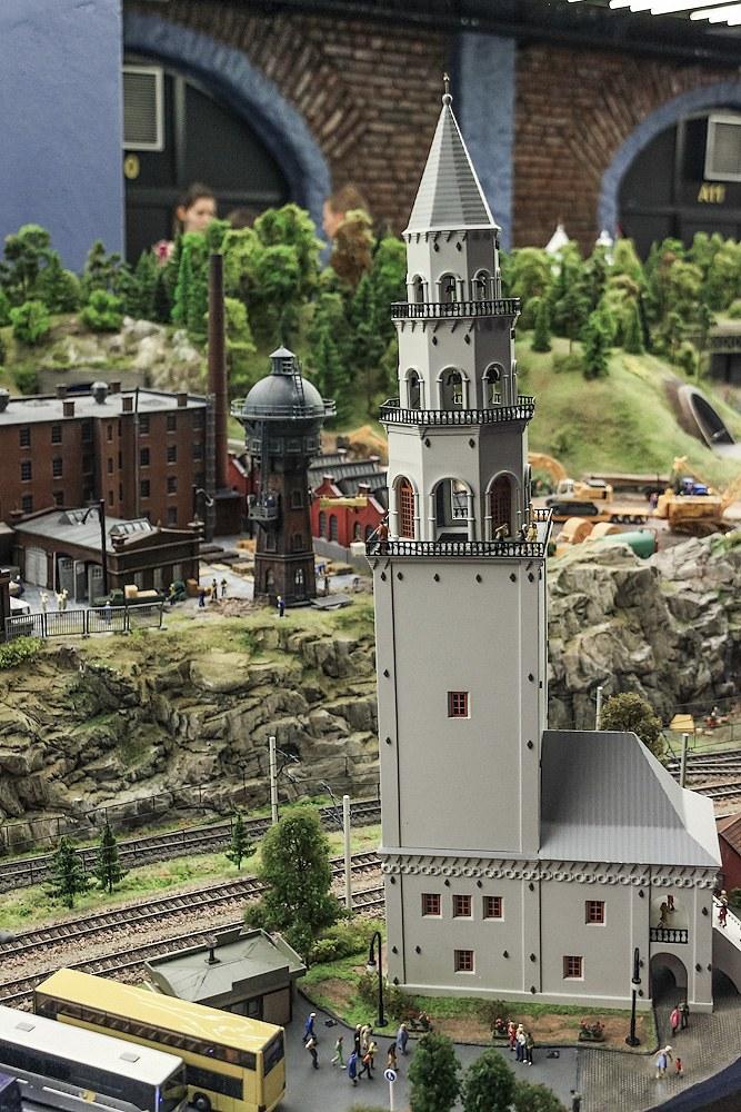 Невьянск представлен наклонившейся башней Демидовых