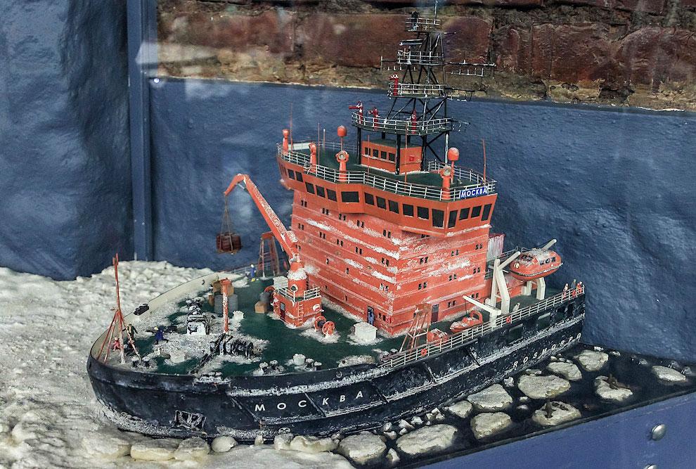 В Северном Ледовитом океане среди моржей и тюленей бороздит холодные воды ледокол «Москва». Его построили в Петербурге в 2008 году