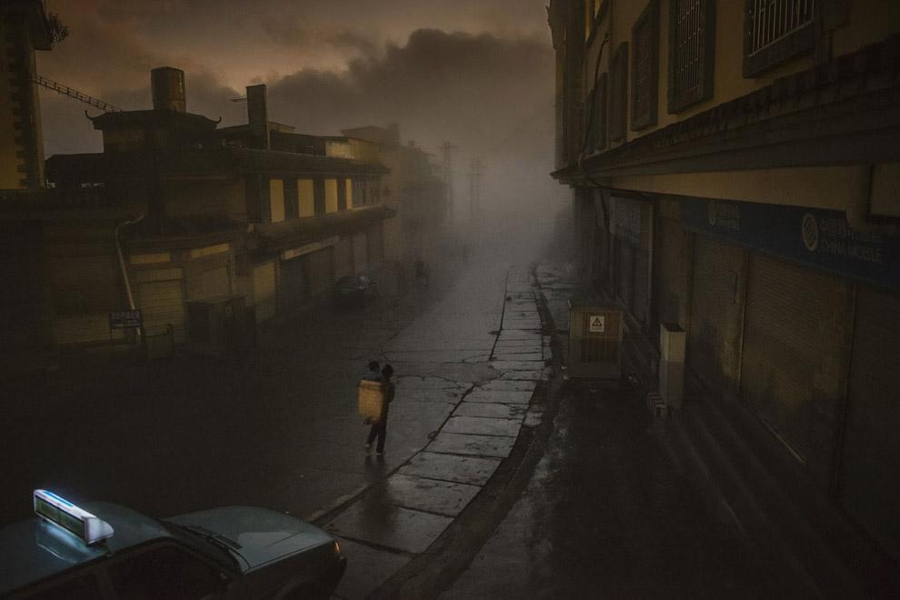 Мама несет ребенка в корзине за спиной сквозь густой утренний туман