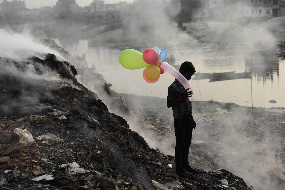 Мальчик с воздушными шарами. Жизнь у загрязненной реки в Дакке, Бангладеш