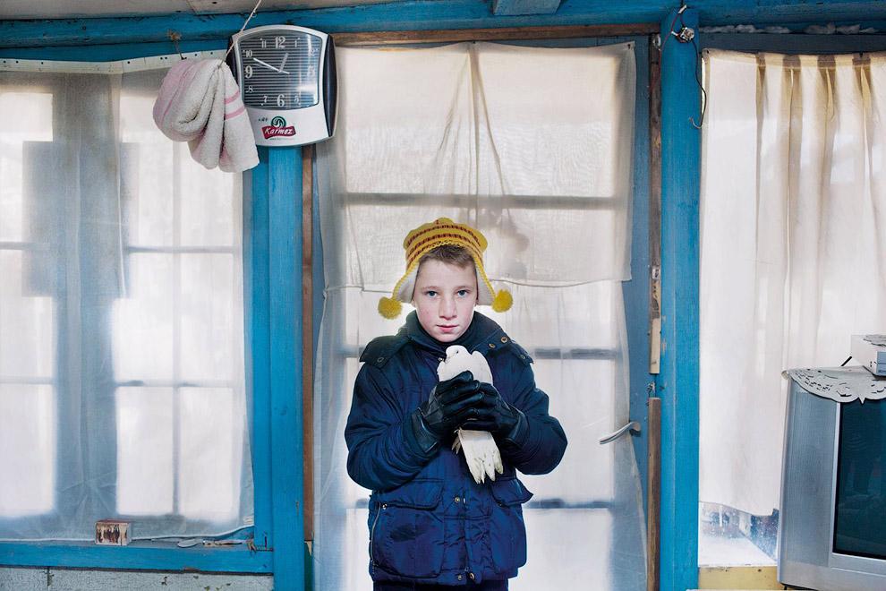 Мальчик с голубем. Эта семья живет в лачуге возле железнодорожной станции Ghent Dampoort в Бельгии