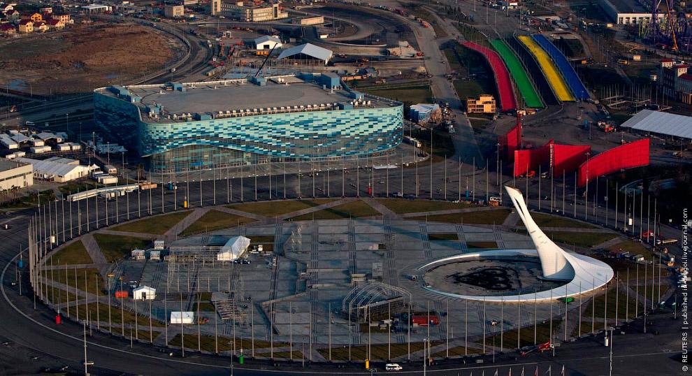 Центральная площадь парка с чашей олимпийского огня.