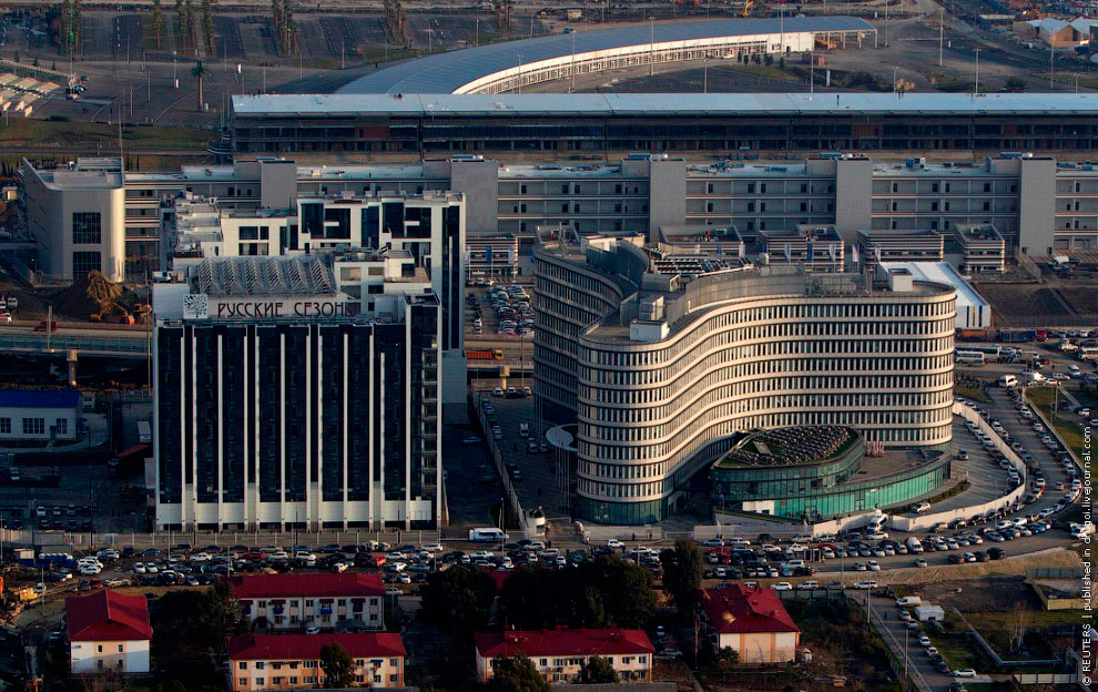 Слева - пятизвездочный отель «Русские сезоны», справа - офисное здание Оргкомитета Игр