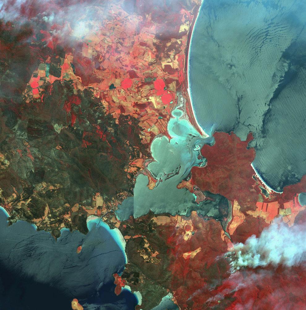 Цветное изображение лесных пожаров в австралийском штате Тасмания
