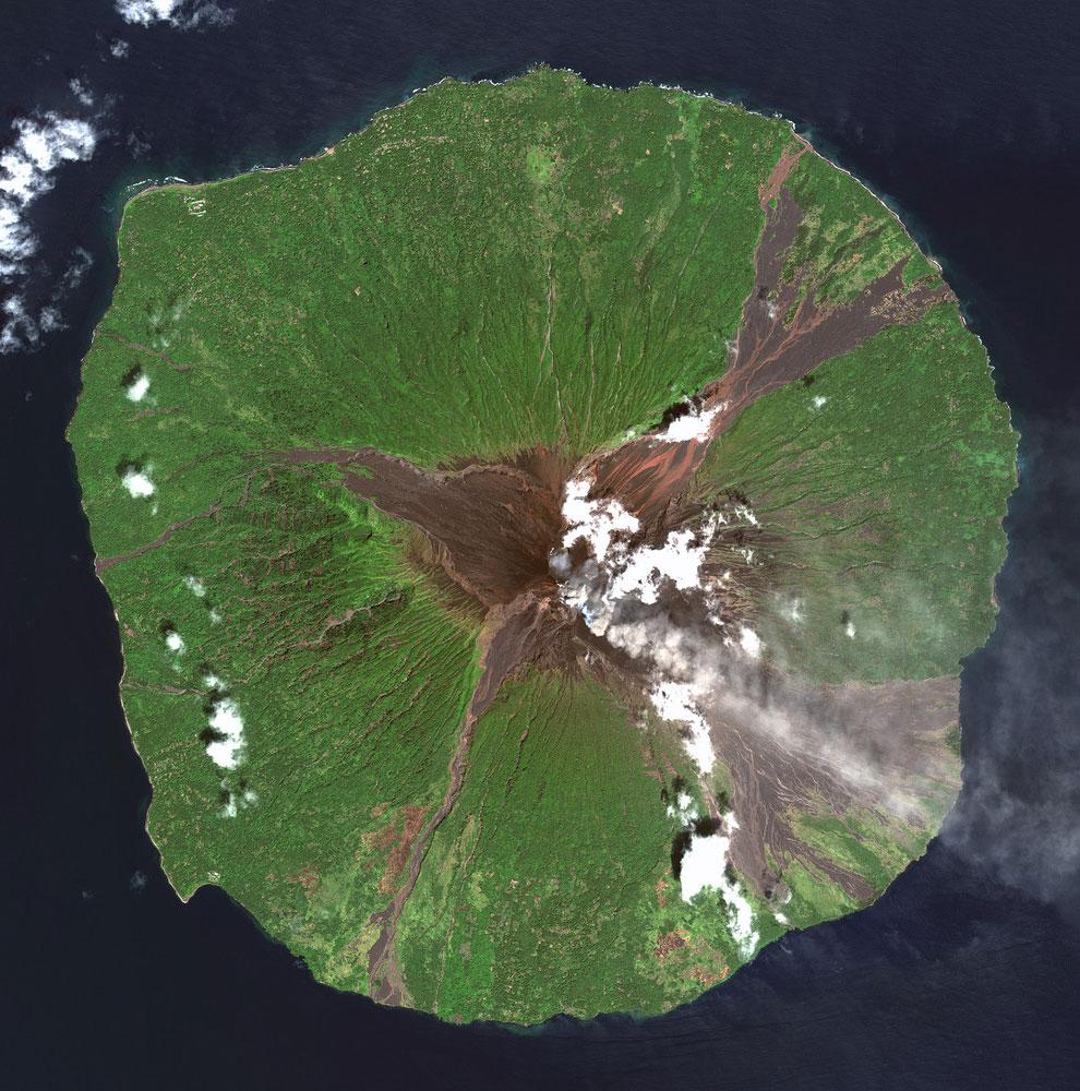 Вулкан Манам, расположенный в Новой Гвинеи