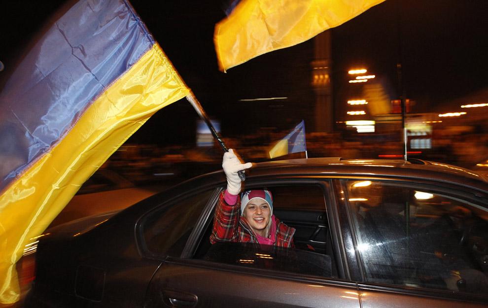 Протестующие с украинским флагом в Киеве