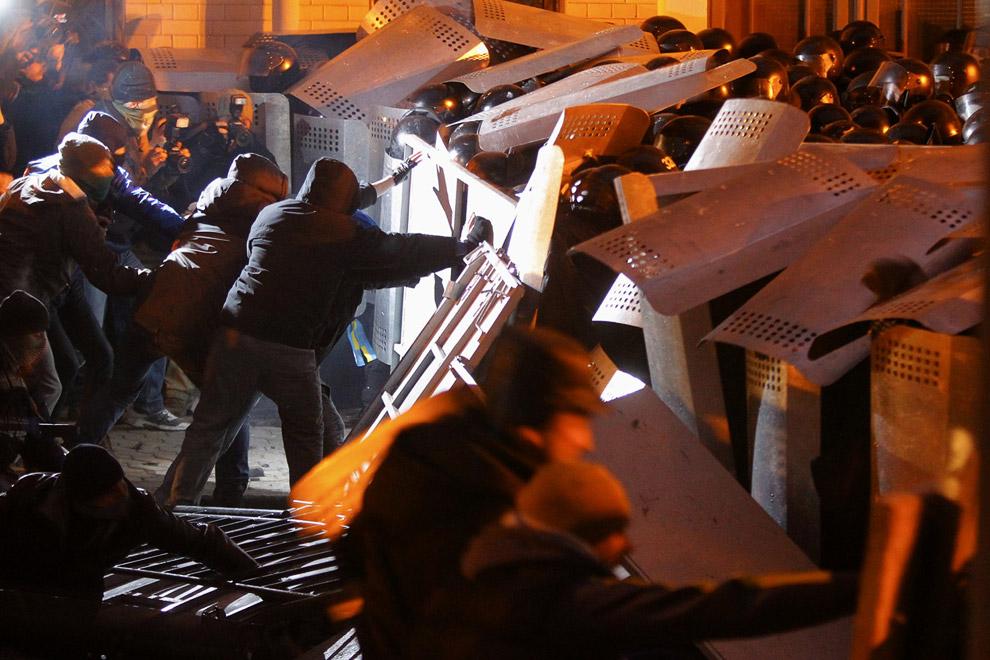Столкновения протестующих с полицией, которая охраняет здание президентской администрации в центре Киева