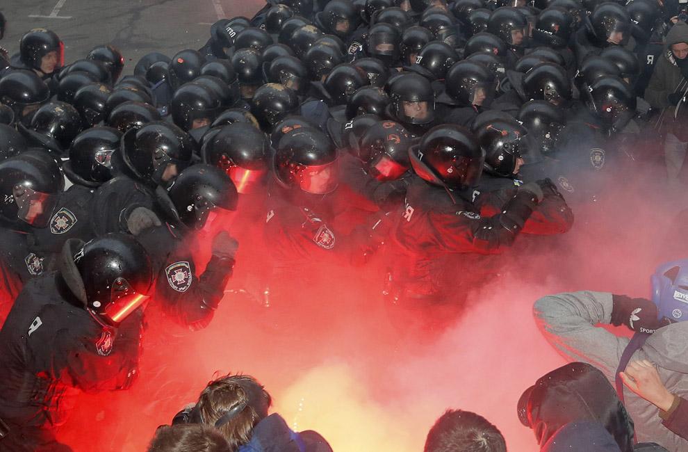 Столкновения протестующих с полицией